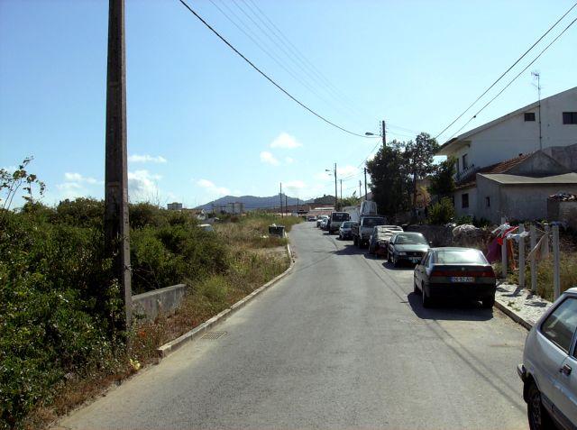Estrada de acesso com vista para a Serra de Sintra