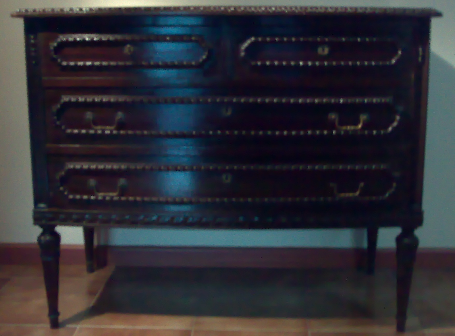 cómoda de 4 gavetas (2 pequenas em cima)